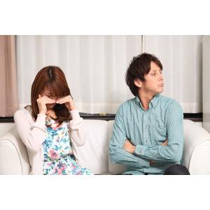 フリー写真, 人物, カップル, 恋人, 夫婦, 女性(00023), 男性(00024), 二人, 喧嘩(ケンカ), 座る(ソファー), 怒る, 腕を組む, 泣く(泣き顔), 顔をそむける, 日本人