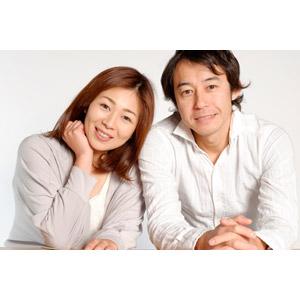 フリー写真, 人物, カップル, 夫婦, 二人, 手を組む, 顎に手を当てる, 日本人, 女性(00018), 男性(00019)