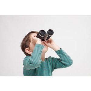 フリー写真, 人物, 子供, 男の子, 外国の男の子, 男の子(00073), 双眼鏡, 覗く, 見上げる(上を向く), バードウォッチ