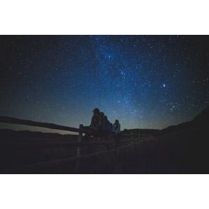 フリー写真, 人物, 少女, 集団(グループ), 友達, 仲間, 人と風景, 夜, 夜空, 星(スター), 柵(フェンス), 眺める