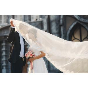 フリー写真, 人物, カップル, 花婿(新郎), 花嫁(新婦), 結婚式(ブライダル), 二人, タキシード, ウェディングドレス, キス(口づけ), 愛(ラブ), ベール, ブーケ