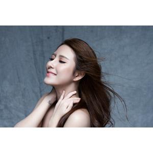 フリー写真, 人物, 女性, アジア人女性, 女性(00136), ベトナム人, 美容, 首に手を当てる, 目を閉じる, 髪がなびく