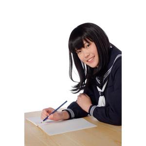 フリー写真, 人物, 少女, アジアの少女, 日本人, 少女(00048), 学生(生徒), 高校生, セーラー服(学生服), 学生服, 勉強(学習), ノート, 鉛筆(えんぴつ), 白背景