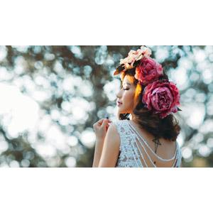 フリー写真, 人物, 女性, アジア人女性, 女性(00141), 人と花, 花冠, 目を閉じる, 横顔