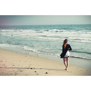 フリー写真, 人物, 女性, 外国人女性, 人と風景, 後ろ姿, 砂浜(ビーチ), 海, 人と動物, 鳥類, 鳥(トリ), ミユビシギ, アメリカの風景, カリフォルニア州