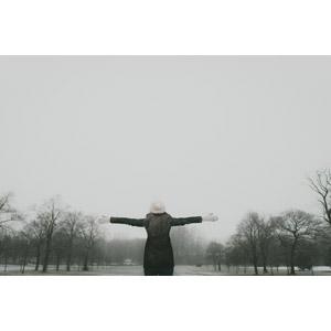 フリー写真, 人物, 女性, 外国人女性, 人と風景, 手を広げる, ニット帽, 雪, 冬, 歓喜, 後ろ姿