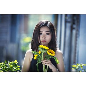 フリー写真, 人物, 女性, アジア人女性, 女性(00144), 人と花, 向日葵(ヒマワリ)