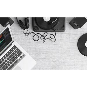 フリーイラスト, DJ(ディスクジョッキー), ターンテーブル, レコードプレーヤー, レコード, ヘッドホン(ヘッドフォン), オーディオ機器, スピーカー, パソコン(PC), ノートパソコン, 家電機器
