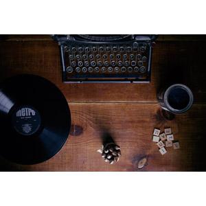 フリー写真, レコード, タイプライター, アルファベットブロック, 色鉛筆