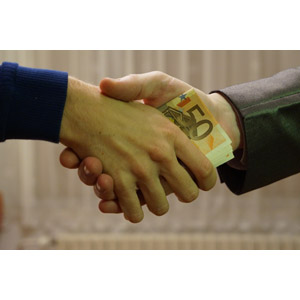 フリー写真, 人体, 手, 握手, 同意, 商談, 契約, お金, 紙幣, ユーロ, 賄賂(わいろ)