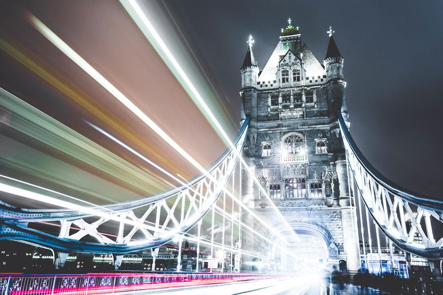 フリー写真 タワーブリッジと車の光線