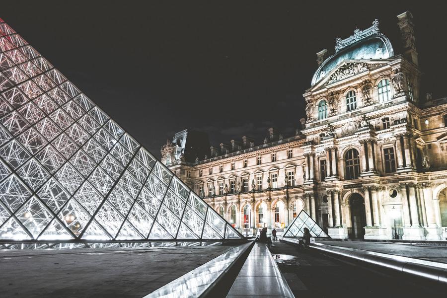 フリー写真 夜のルーブル美術館とピラミッド
