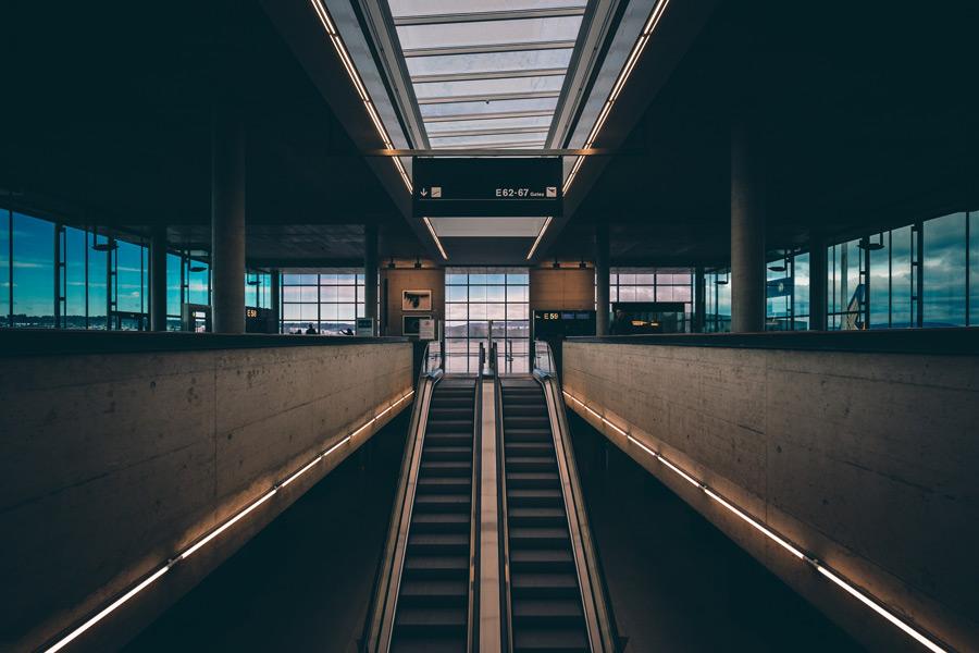 フリー写真 チューリッヒ空港のエスカレーターのある風景