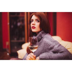 フリー写真, 人物, 女性, 外国人女性, 飲み物(飲料), お酒, ワイン, 白ワイン, ワイングラス, セーター