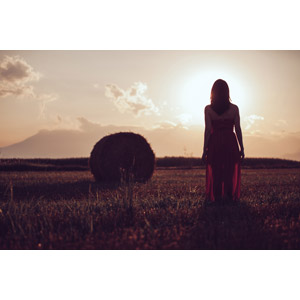フリー写真, 人物, 女性, 人と風景, 牧草地, 干し草ロール, 田舎, ドレス, 後ろ姿