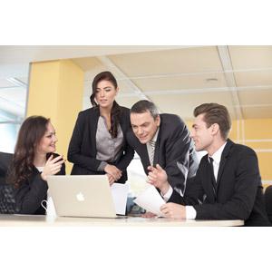 フリー写真, 人物, 集団(グループ), 職業, 仕事, ビジネスマン, ビジネスウーマン, 会議(ミーティング), 仲間, パソコン(PC), ノートパソコン, 四人