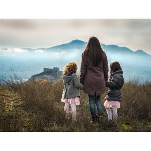 フリー写真, 人物, 親子, 母親(お母さん), 子供, 兄弟(姉妹), 娘, 後ろ姿, 三人, 荒野, 人と風景, 手をつなぐ