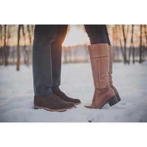 フリー写真, 人体, 足, 脚, カップル, 恋人, キス(口づけ), 愛(ラブ), 二人, 靴(シューズ), ブーツ, 雪, 冬, つま先立ち