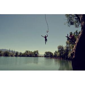 フリー写真, 人物, 男性, 外国人男性, 縄(ロープ), ターザンごっこ, 飛び込む(ダイブ), 人と風景, 河川, レジャー, 後ろ姿