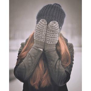 フリー写真, 人物, 女性, 外国人女性, 手袋, ミトン, ニット帽, 冬, 顔を覆う, 恥ずかしい(シャイ)
