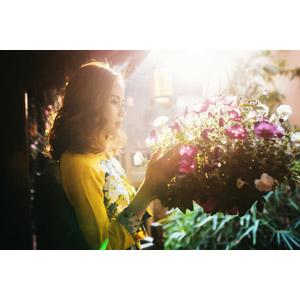 フリー写真, 人物, 女性, アジア人女性, 女性(00154), ベトナム人, 人と花, 横顔
