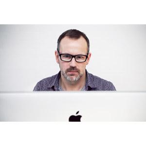 フリー写真, 人物, 中年男性, 外国人男性, 眼鏡(メガネ), 仕事, デスクワーク, ディスプレイ(モニタ), 眼鏡(メガネ), アップル(Apple), パソコン(PC)