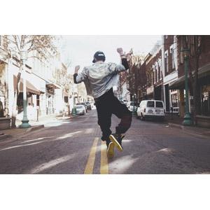 フリー写真, 人物, 少年, 外国の少年, 後ろ姿, キャップ帽, つま先立ち, 道路, 人と風景