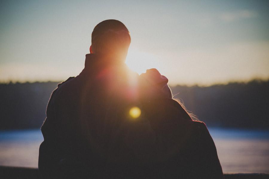 フリー写真 夕日と寄り添うカップルの後ろ姿