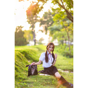 フリー写真, 人物, 女性, アジア人女性, Dora(00078), 中国人, 少女, アジアの少女, 学生(生徒), 高校生, 学生服, 座る(地面), ツインテール, 通学鞄, 本(書籍)