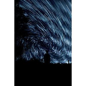 フリー写真, フォトレタッチ, 人と風景, シルエット(人物), 渦巻き状, スタートレイル, 長時間露光, 星(スター), 夜