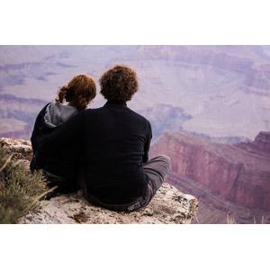 フリー写真, 人物, カップル, 恋人, 寄り添う, 後ろ姿, 人と風景, 渓谷, グランド・キャニオン, アメリカの風景, アリゾナ州