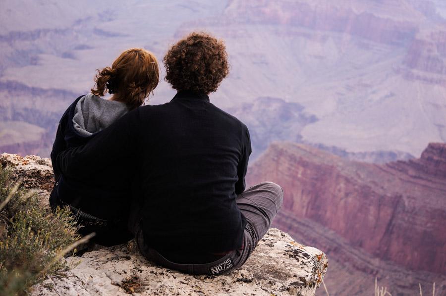 フリー写真 グランド・キャニオンを見下ろすカップル