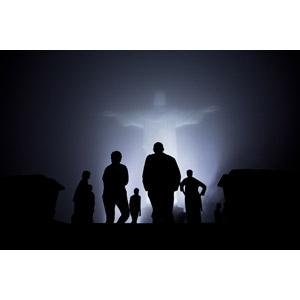 フリー写真, 彫像, コルコバードのキリスト像, 夜, 霧(霞), 人と風景, シルエット(人物), バラク・オバマ, 家族, ブラジルの風景, リオデジャネイロ