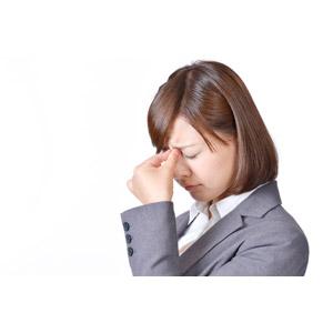 フリー写真, 人物, 女性, アジア人女性, 日本人, 女性(00086), 職業, 仕事, ビジネス, ビジネスウーマン, OL(オフィスレディ), レディーススーツ, 疲れ目, 疲れる, 目頭を押さえる, 痛い, 白背景