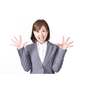 フリー写真, 人物, 女性, アジア人女性, 日本人, 女性(00086), 職業, 仕事, ビジネス, ビジネスウーマン, OL(オフィスレディ), レディーススーツ, 驚く, 手のひらを広げる, 口を開ける, 叫ぶ, 白背景