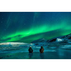 フリー写真, 風景, 夜, 夜空, オーロラ, アメリカの風景, アラスカ州, 人と風景, 二人, 後ろ姿