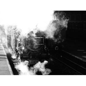 フリー写真, 乗り物, 列車(鉄道車両), 蒸気機関車, イギリスの鉄道車両, ロムニー・ハイス&ディムチャーチ鉄道, 煙(スモーク), モノクロ
