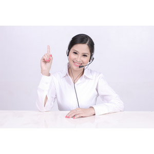 フリー写真, 人物, 女性, アジア人女性, 女性(00159), 職業, 仕事, ビジネス, OL(オフィスレディ), コールセンター(テレオペ), ヘッドセット, ワンポイントアドバイス, 1(一), 指差す, 上を指す, ブラウス, 白背景