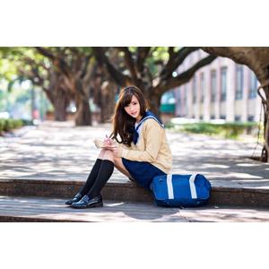 フリー写真, 人物, 少女, アジアの少女, 中国人, 女性(00160), 学生(生徒), 学生服, 高校生, スクールカーディガン, セーラー服(学生服), 座る(階段), 手帳, 書く, 通学鞄