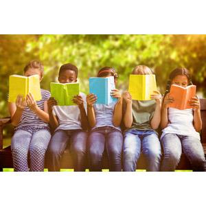 フリー写真, 人物, 子供, 集団(グループ), 読む(読書), 本(書籍), 座る(ベンチ), 五人, 教育, 勉強(学習)