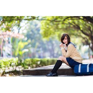 フリー写真, 人物, 少女, アジアの少女, 中国人, 女性(00160), 学生(生徒), 学生服, 高校生, スクールカーディガン, セーラー服(学生服), 手帳, 座る(階段), 通学鞄