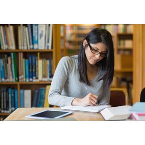 フリー写真, 人物, 女性, 外国人女性, 学生(生徒), 大学生, 図書館, 勉強(学習), ノート, 書く, 眼鏡(メガネ), タブレットPC