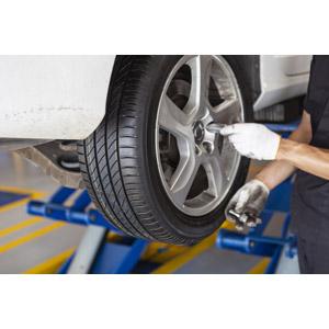 フリー写真, 人物, 仕事, 職業, 整備士, 乗り物, 自動車, タイヤ, 修理, 整備(メンテナンス)