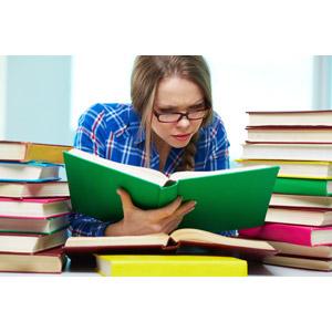 フリー写真, 人物, 女性, 外国人女性, 学生(生徒), 大学生, 図書館, 勉強(学習), 本(書籍), 読む(読書), 眼鏡(メガネ)