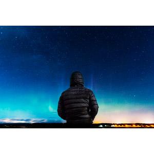フリー写真, 人物, 男性, 後ろ姿, 人と風景, ダウンジャケット, 夜空, 夜, 星(スター), オーロラ