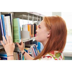 フリー写真, 人物, 女性, 外国人女性, 横顔, 図書館, 学生(生徒), 大学生, 探す, 本棚, 本(書籍)