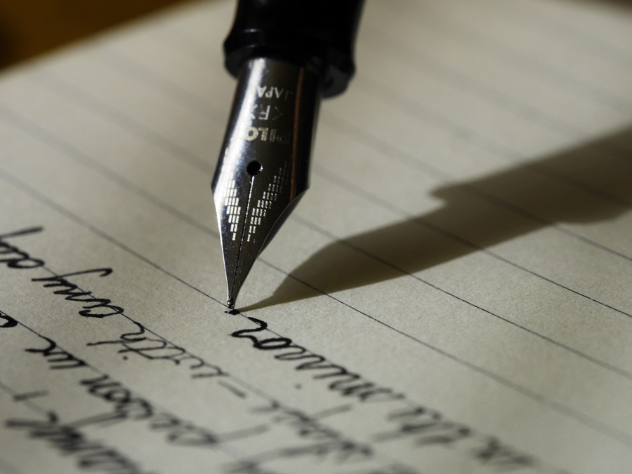 フリー写真 手紙を書いている万年筆