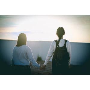 フリー写真, 人物, 少女, アジアの少女, 二人, 友達, 後ろ姿, 手をつなぐ, 眺める