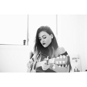 フリー写真, 人物, 女性, 外国人女性, オーストラリア人, モノクロ, 音楽, 楽器, 弦楽器, ギター, アコースティックギター, 演奏する