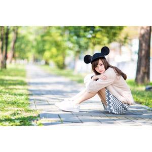 フリー写真, 人物, 女性, アジア人女性, 女性(00160), 中国人, ミッキー帽子, 座る(地面), 膝を抱える